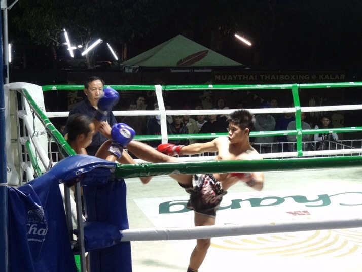 6th fight - Kuman Doi (red) vs Phet Mai (blue - winner) - Kuman Doi with a 'Te tat' or high roundhouse kick