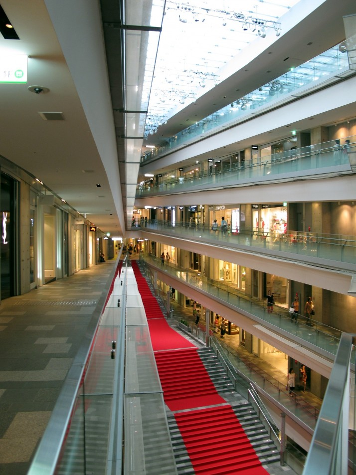Omotesando Hills shopping complex in Tokyo. One continuous inclining walkway links all the shops. Photo source: Wikipedia