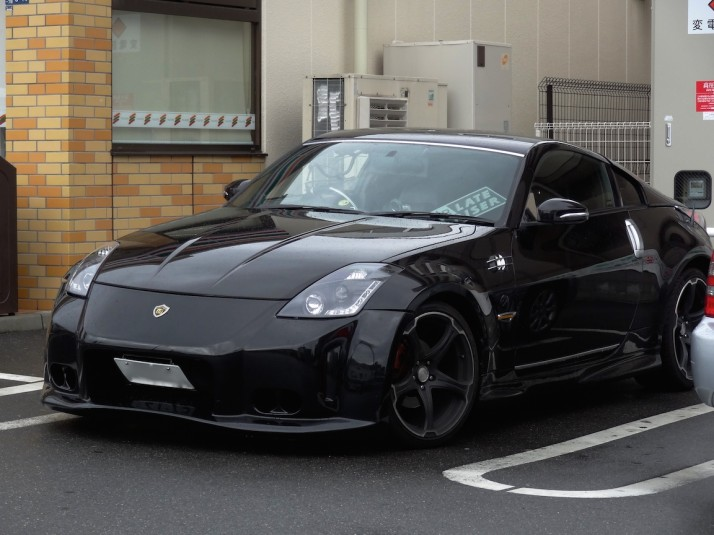 This max'd out Nissan 350Z was left running in the car park of a 7-11 while the owner nipped inside for a pack of cigarettes. We saw so many cars left running outside shops, and delivery scooters with the keys in them!
