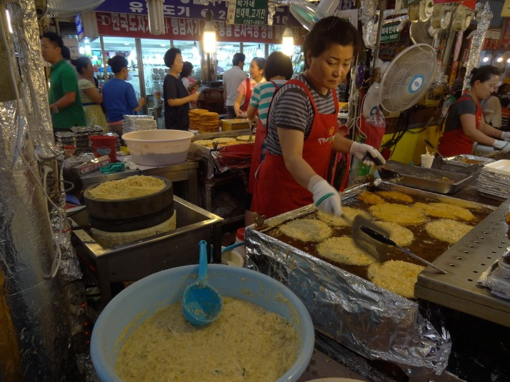 There were quite a few fried pancake stalls grinding down the mung beans and turning them into pancakes
