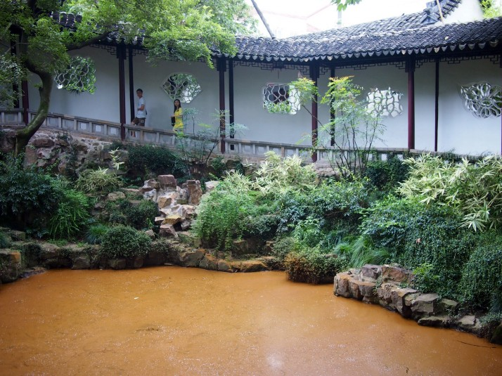 Covered walkway in Canglang Pavilion garden