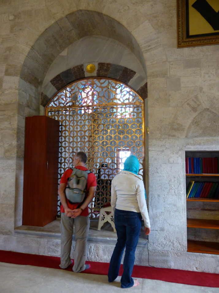 Şemsi Paşa Camii has a few unique features, such as an attached türbe separated by a grille from the main prayer room
